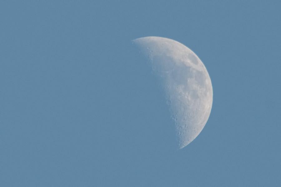 maan-krater-blauw-lucht